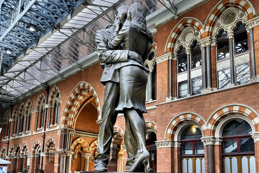 Statue The Meeting Place Gare Saint Pancras Londres